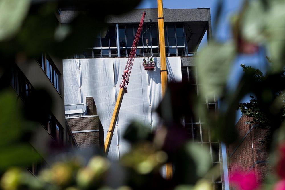 DEKKES: Statsbygg dekker til sidene i Høyblokka med sikkerhetsduk etter terrorhandlingene mot Regjeringskvartalet og Utøya 22. juli 2011.