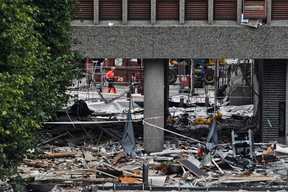 Bombebilen ble parkert rett utenfor høyblokka, på plasser som vanligvis er for regjeringens tjenestebiler. Mye av sprengkraften gikk nedover takket være parkeringsanlegget under bakken.