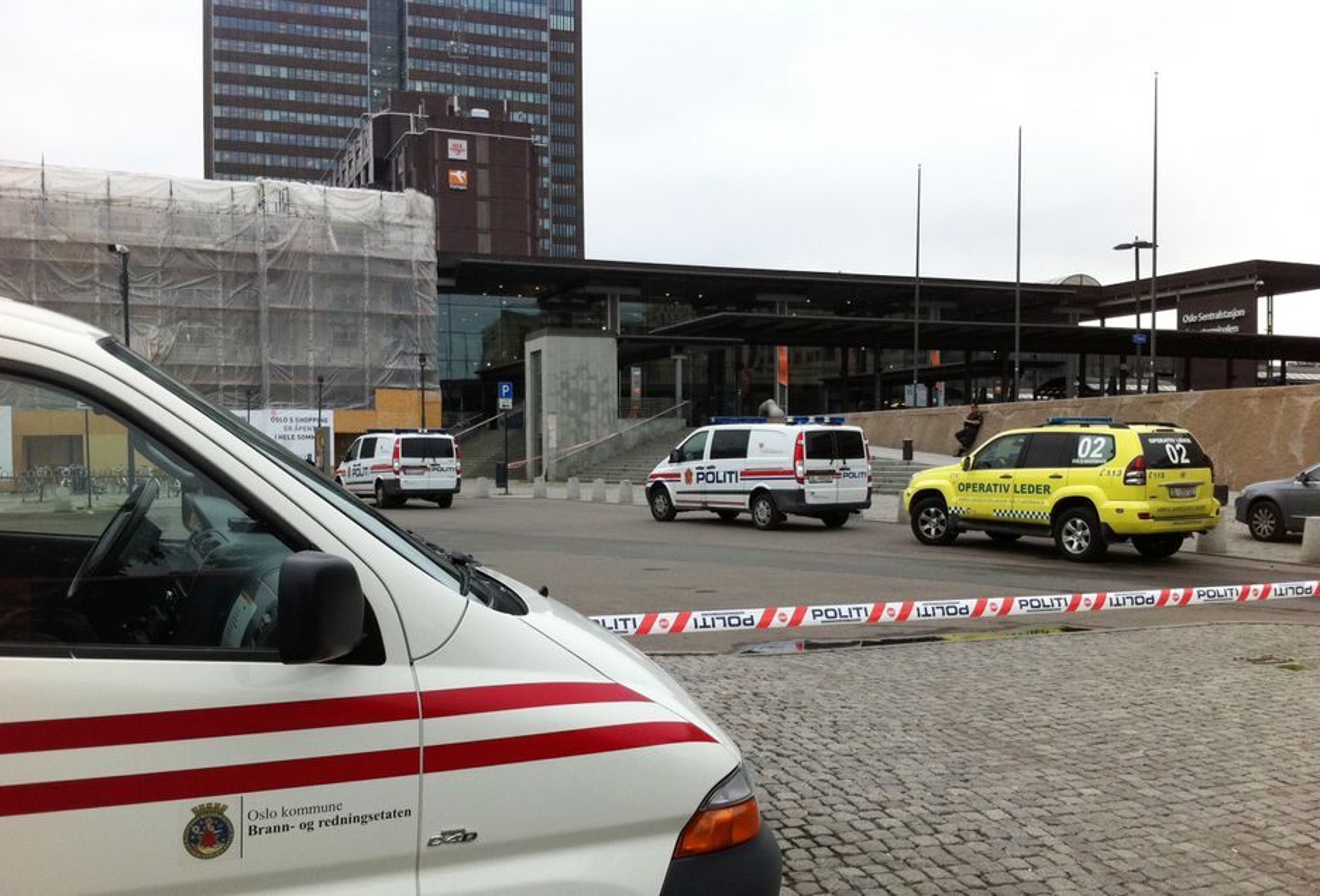 SPERRET: Politiet undersøker flybussen parkert ved spor 19 med bombehunder, og har sperret av deler av Oslo S.
