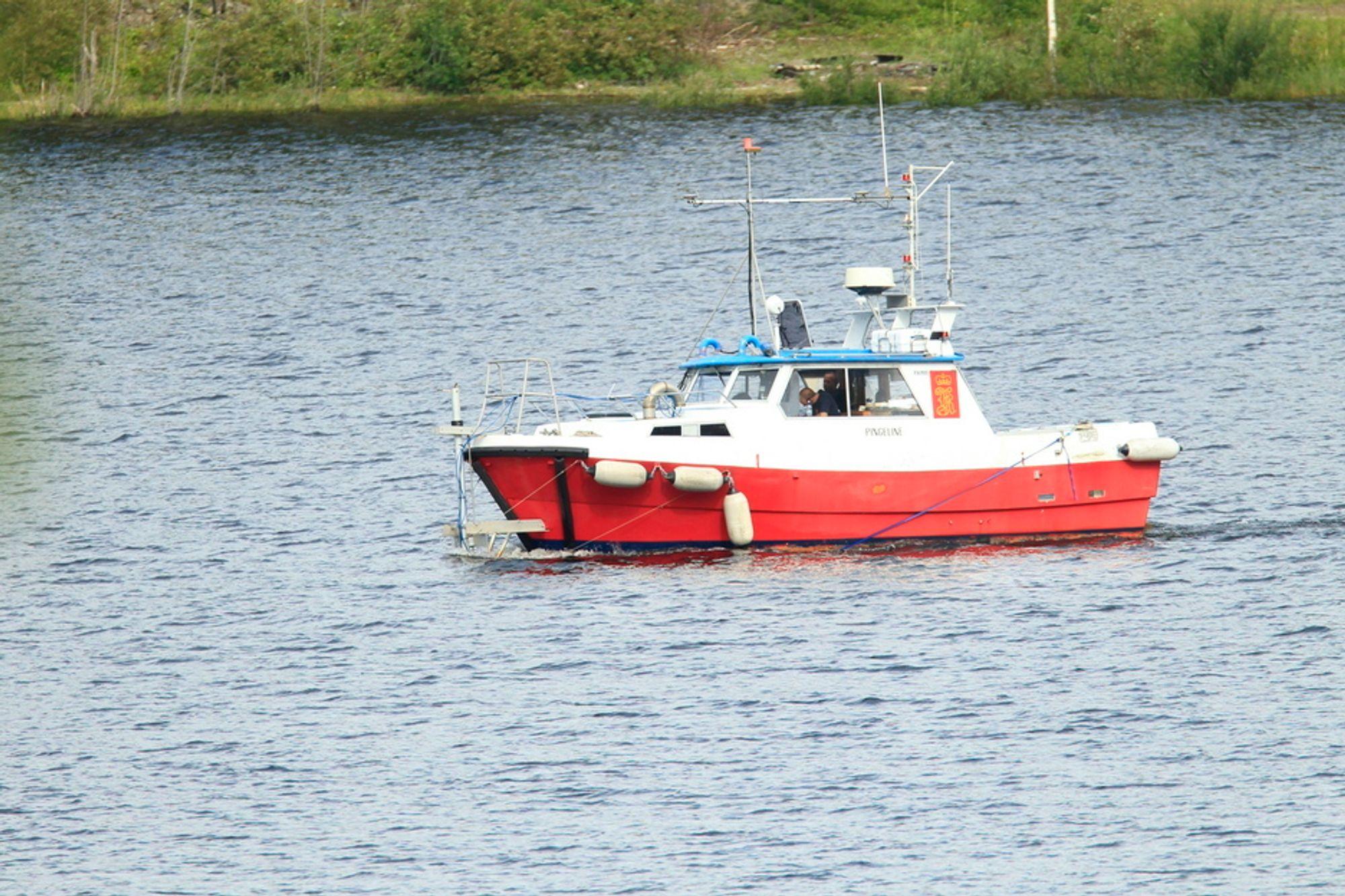 PÅ VANNET: Kongsberg Maritime kartlegger fjordbunnen rundt Utøya med multibeam sonarteknologi i dag.