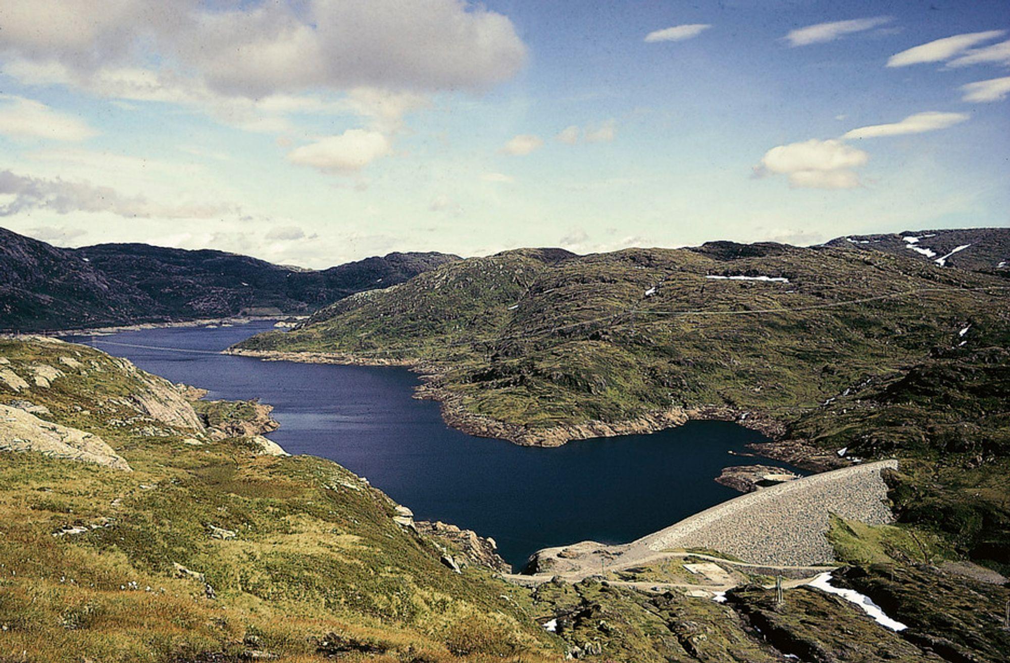 NY VURDERING: Norges vassdrags- og energidirektorat mener BKK må oppgradere dammen ved Askjelldalsvatn til den sikreste damklassen, klasse 4.