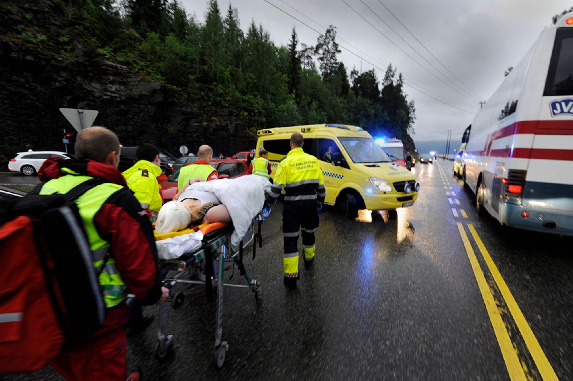 STORE SKADER: Skadde ungdommer fra AUF-leiren på Utøya ble fredag kveld tatt hånd om av redningspersonell. En kirurg som behandler skuddofrene mener de er skutt med dumdumkuler.