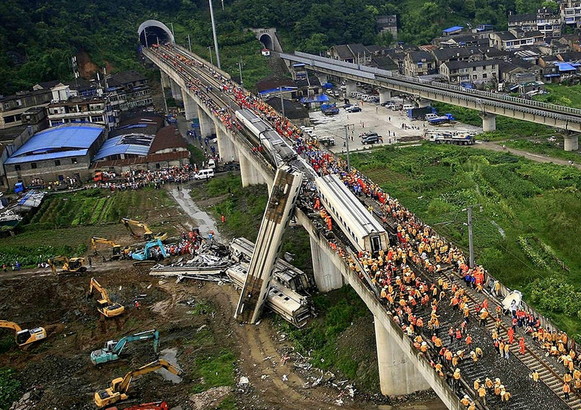 SKAPER BEKYMRING: Kinesiske redningsarbeidere jobbet rundt de vrakede togvognene søndag. Kollisjonen mellom de to høyhastighetstogene får på nytt debatten rundt sikkerheten på det stadig mer omfattende høyhastighetsnettet i landet til å blusse opp.
