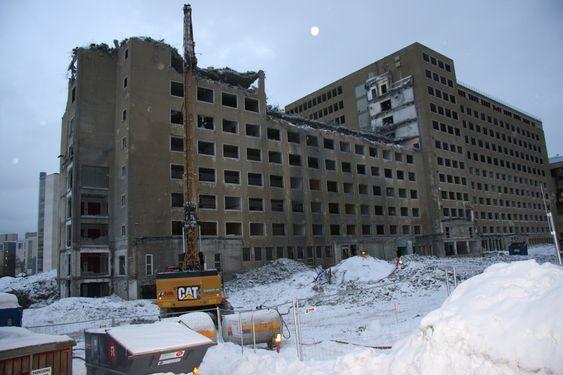 RIVES: Den gamle høyblokken på St. Olavs Hospital er på vei ned. Det er krevende å rive på et sykehusområde der både støy og støv må holdes på et absolutt minimum.
