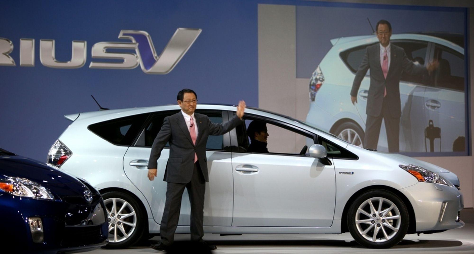 Toyota-sjef Akio Toyoda var på plass i Detroit for å vise fram den nye forvokste hybriden Prius V.
