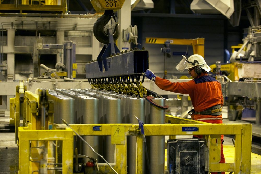 KREVER LØFT: De ansatte på Hydro Sunndal ønsker å starte opp Su3-anlegget snarest. Men Hydro må vurdere både globale aluminiumspriser og strømsituasjonen i Midt-Norge.