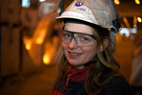 Anveig Bjordal Halkjelsvik, Tekna, tillitsvald ved Hydro Sunndal. Bilde frå Morten Guldens tur til anlegget i desember 2010.