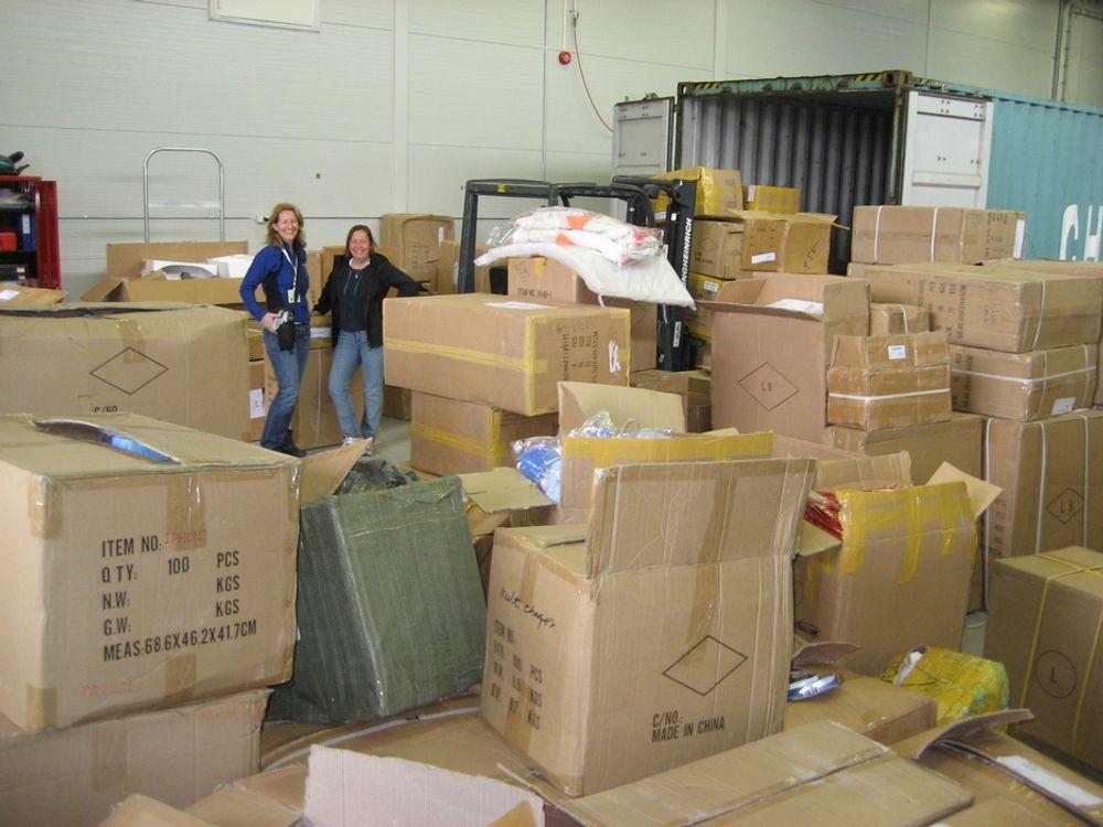TILSYN I TOLLEN: Klima- og forurensingsdirektoratet fører tilsyn blant annet med importører av ulike varer. Her under gjennomgang av en container stanset av Tollvesenet.