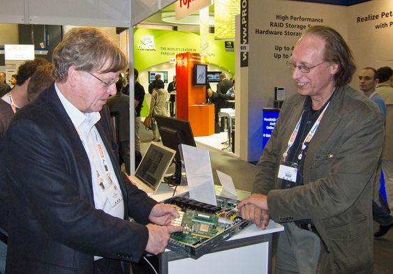 I MÅL:Endelig kan Kåre Løchsen (t.v.) og Einar Rustad i norske Numascale glede seg over at teknolgien for å å koble sammen hukommelsen til datamaskiner er klar.
