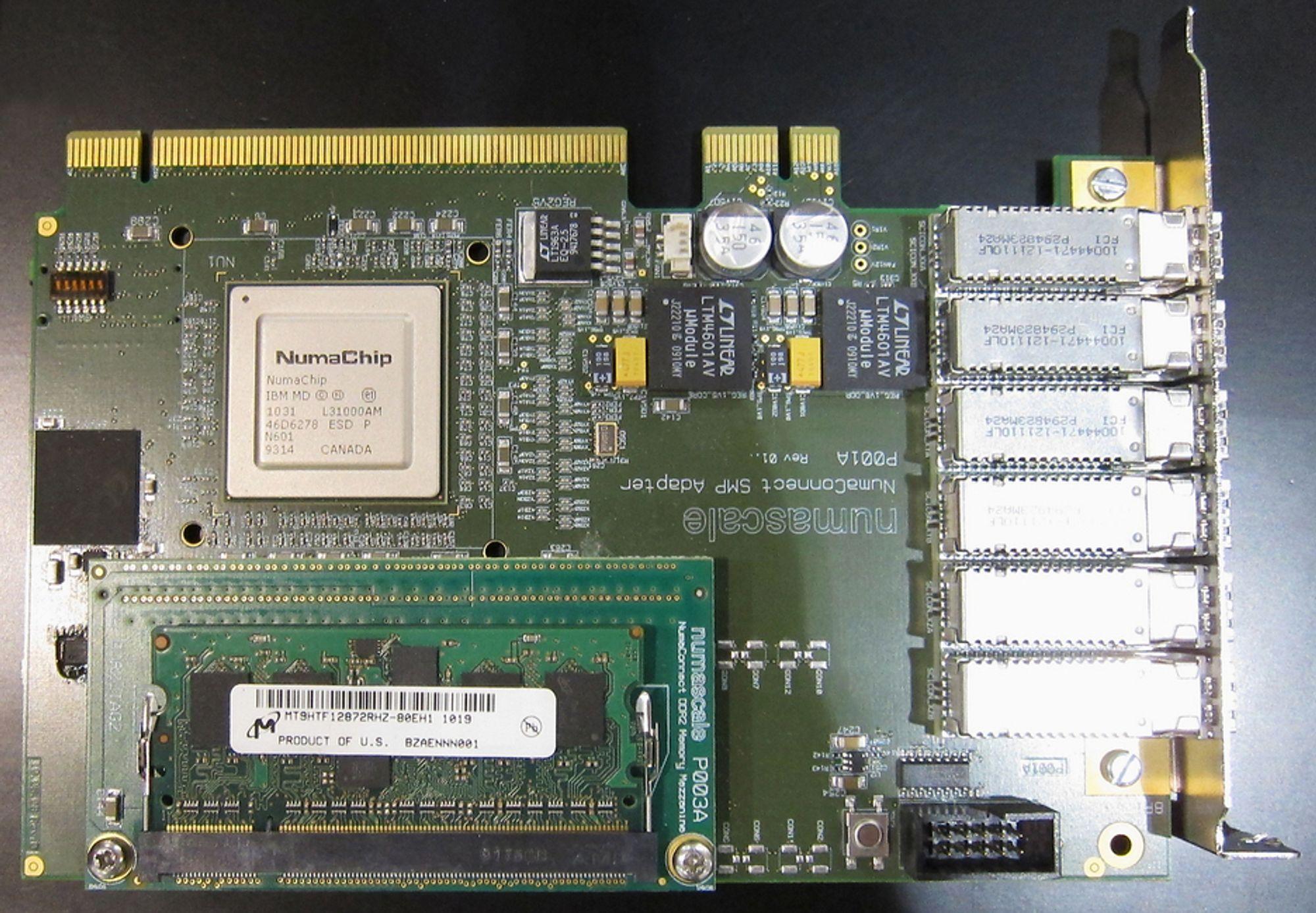 VEIKRYSSET: Et slikt kort bygges inn i alle servere som bruker teknologien til Numascale. Det gjør at alle serverne kan dele alt minne som finnes i dem.