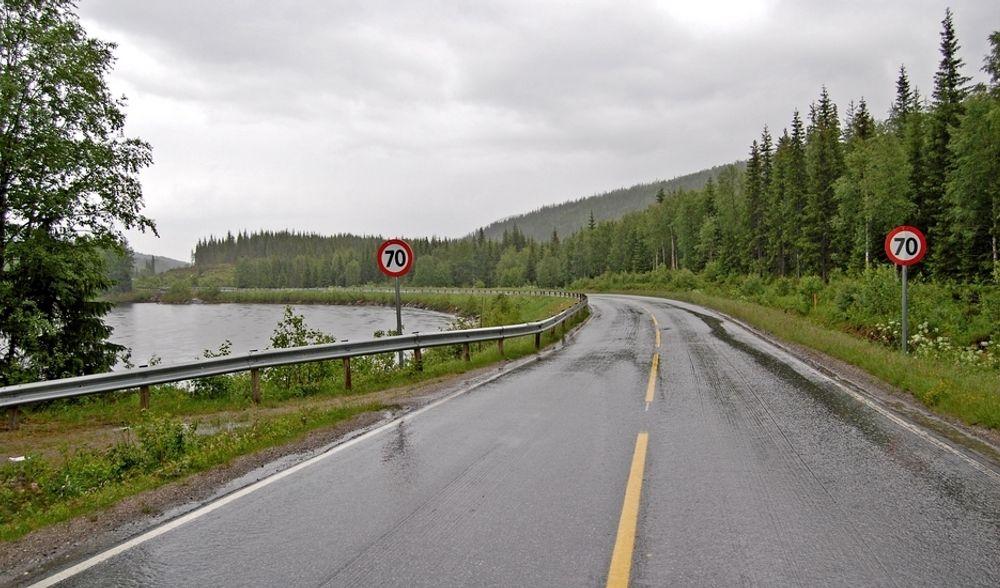 E 6 mellom Brenna og Kapskarmoen er bred nok til at det kan markeres midtlinje, men ikke stort mer. Brødrene Brøndbo ligger godt an til å få jobben med å utbedre den.