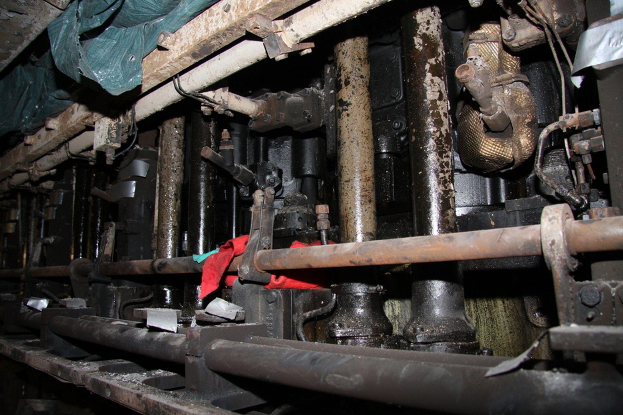 LØS: Her sto dieselpumpen som SHT mener er opphav til brannen ombord på Nordlys. Løse bolter kan ha medført materialtretthet i et dieselrør. Olje sprutet ut på indikatorkran som hadde temperatur på over 220 grader, og som dermed satte i gang brannen.