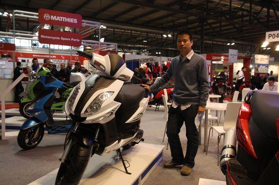 KOMMER STERKT: Kinesiske Sonic Motor Technology vil ha en bit av den europeiske mc-kaken. Salgsdirektør Roy Luo lover større og mer moderne sykler for et kresent europeisk  publikum.