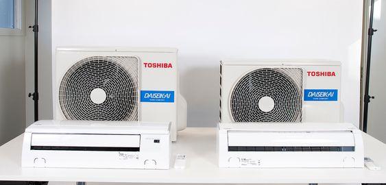 Japanske Katashi Tarekado og norske Morten Solsem i ABK Klimaprodukter. Den nye varmepumpen til venstre. Hos ABK Klimaprodukter.