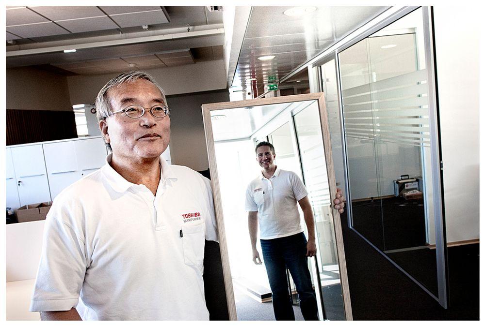 EKSIL: Fra jobbeksil i Norge har Katashi Tarekado bidratt til at varmepumpene blir laget for norske forhold. Det har bedret effekten. I speilet: Morten Solem i ABK.