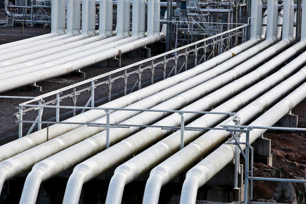 Både E.ON og VNG er i hardt vær på grunn av langsiktige gasskontrakter inngått med blant annet Statoil. Nå må E.ON selge gassrørledninger og slå sammen selskaper for å klare innsparingene.