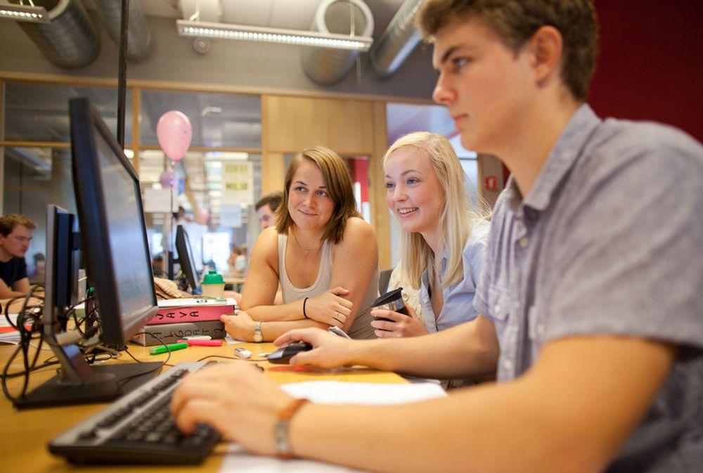 POPULÆRT: 71 lag deltok i NM i programmering ved NTNU i Trondheim. Resten av lagene satt ved Universitet i Bergen og Oslo.  Lokalet var fylt med konsentrerte studenter som hadde seks timer på å løse ti oppgaver.