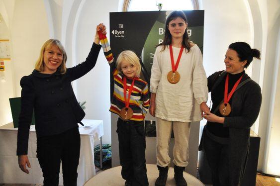 VINNERNE: Kulturministeren hyller vinnerne av Pepperkakehuskonkurransen 2011, f.v. Bo Wilke Dyrøy, Oda Aurora Norlund og Line A. Norlund.