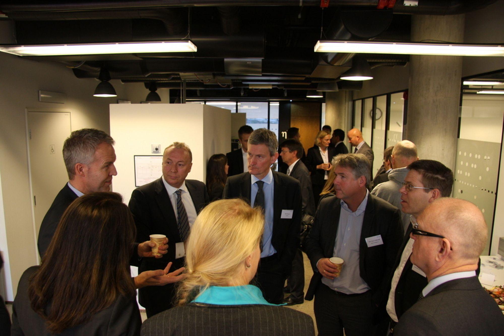 TOPPSJEFER PÅ ETT BRETT : Et uvanlig stort antall toppsjefer satte av tid til å diskutere behovet for sterkere it-rekruttering. Fra venstre Thor-Christian L'Orange (Capgemini), Hege Skryseth (Microsoft Norge, ryggen til), Kjell Rusti (Steria), Ingrid Wall (CSO Statoil, ryggen til), Nils Øveraas (Accenture), Olav Folkestad (BEKK Consulting), Elling Rishoff (CIO DNV) og Svein Kristensen (Skatteetaten). I bakgrunnen Forskningsrådets styreleder Ingvild Myhre og professor Torger Reve (Handelshøyskolen BI).