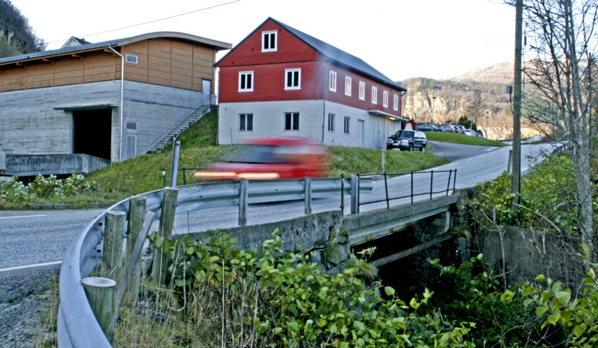 Kaldestad bru i Norheimsund er moden for utskifting. E. Opedal & Sønner bygger bruene som erstatter den.
