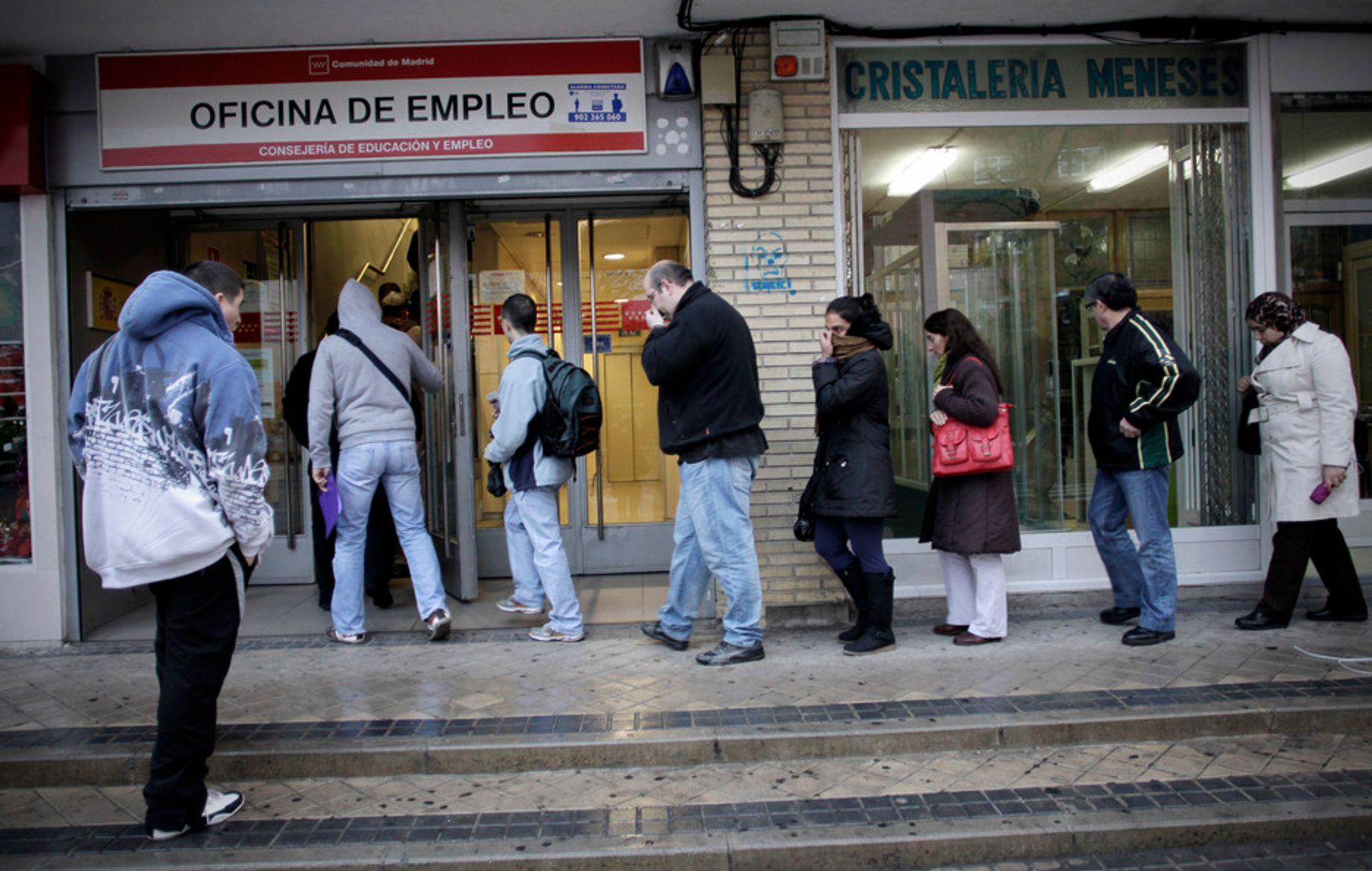 TUNGE TIDER: Arbeidsledige i kø utenfor et arbeidsformidlingskontor i Madrid, fredag 2. desember 2011. Bare i november økte antallet mennesker som får arbeidsledighetstrygd i Spania med 59.536. Totalt har Spania nå en arbeidsledighet på 21,5 prosent - det høyeste i hele eurosonen.