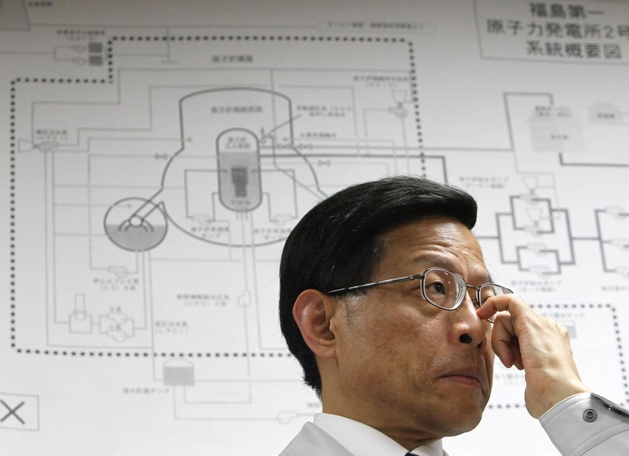 Hidehiko Nishiyama i Japans atomsikkerhetskommisjon foran en tegning av reaktor to ved det ulykkesrammede atomkraftverket Fukushima Daiichi.