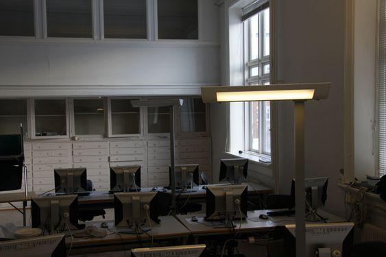 ELSIKKERHET: Det elektriske anlegget er nedslitt og tåler ikke lenger vanlig bruk. Derfor er det installert midlertidige kurser med løse gulvlamper for studenter og forelesere.