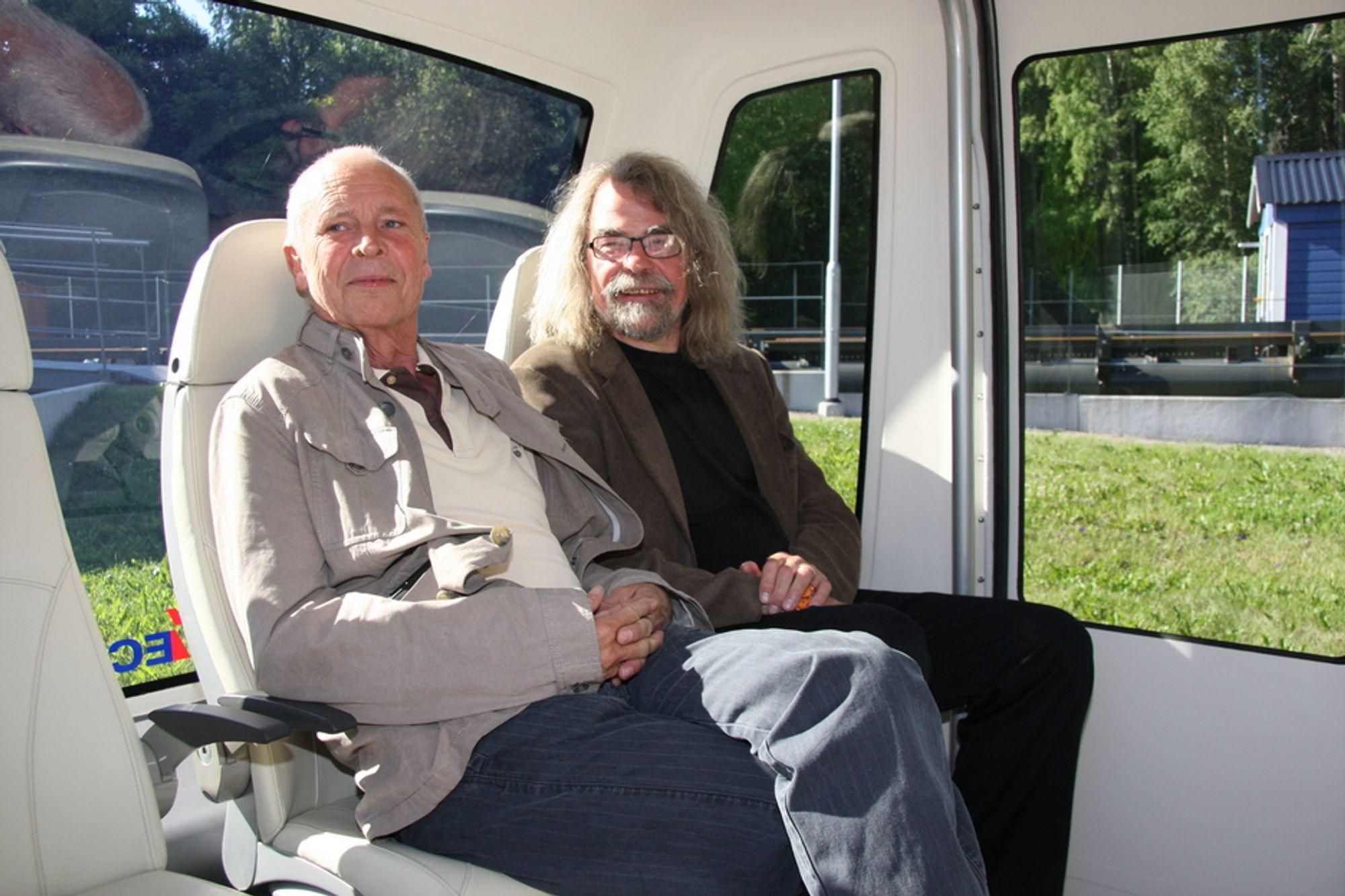 FREMTID: Trafikkplanlegger Jan Orsteen fra Multiconsult (til venstre) og forsker og universitetslektor Einar Flydal ser begge store muligheter for å tenke nytt i kollektivtrafikken. Her i en PRT-vogn på testbanen i Uppsala i Sverige.