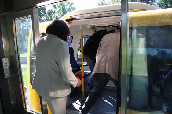 EGEN VOGN: De reisende får stort sett sin egen vogn. Det er fire eller seks plasser i hver vogn. Vognene kommer ikke til stoppestedet før de blir bestilt og stanser ikke før passasjerene skal av.