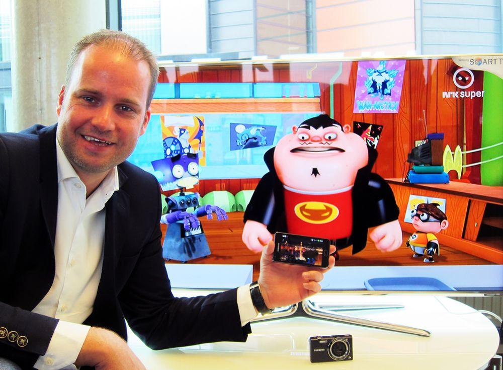 TO KANALER:Produktsjef for mobiltelefoner i Samsung, Stig-Ove Langø kan nå se TV på mobiltelefonen.