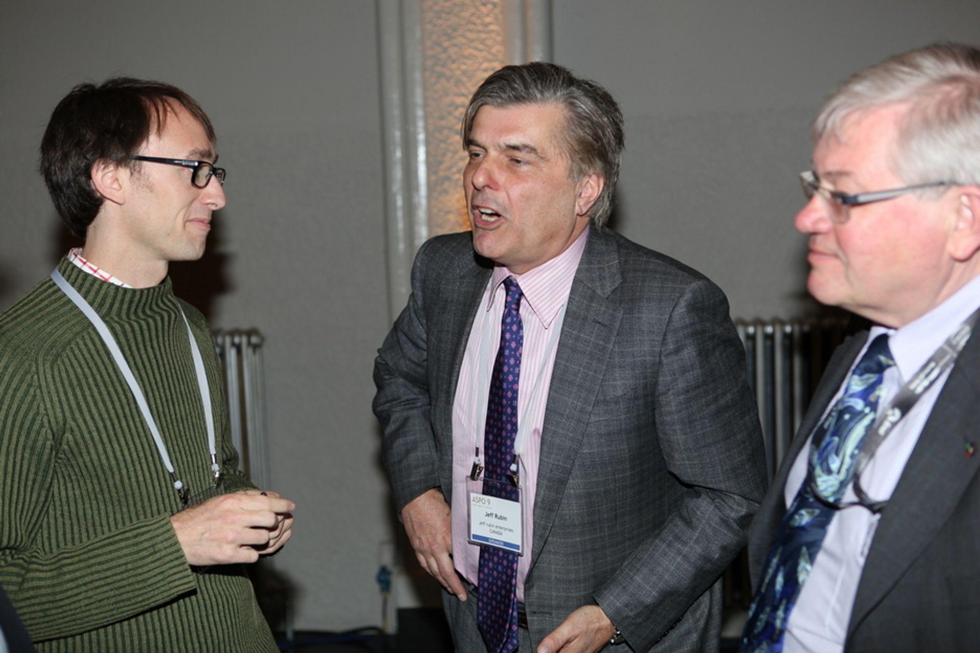 SLUTT PÅ VEKST: Jeff Rubin (i midten), her i samtale med Nature-journalist Mason Inman (t.v.) og ASPO-president Kjell Aleklett. Rubin mener den globale veksten ikke kan fortsette med en oljepris på over 100 dollar fatet. Han mener vi står overfor en stor, ny oljekrise i løpet av ett år.