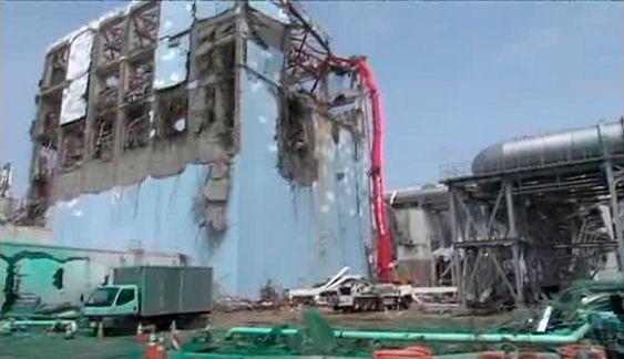En betongbil pumper vann inn i bassenget for brukt atombrensel i reaktor 4 ved Fukushima Daiichi kjernekraftverket i Japan.