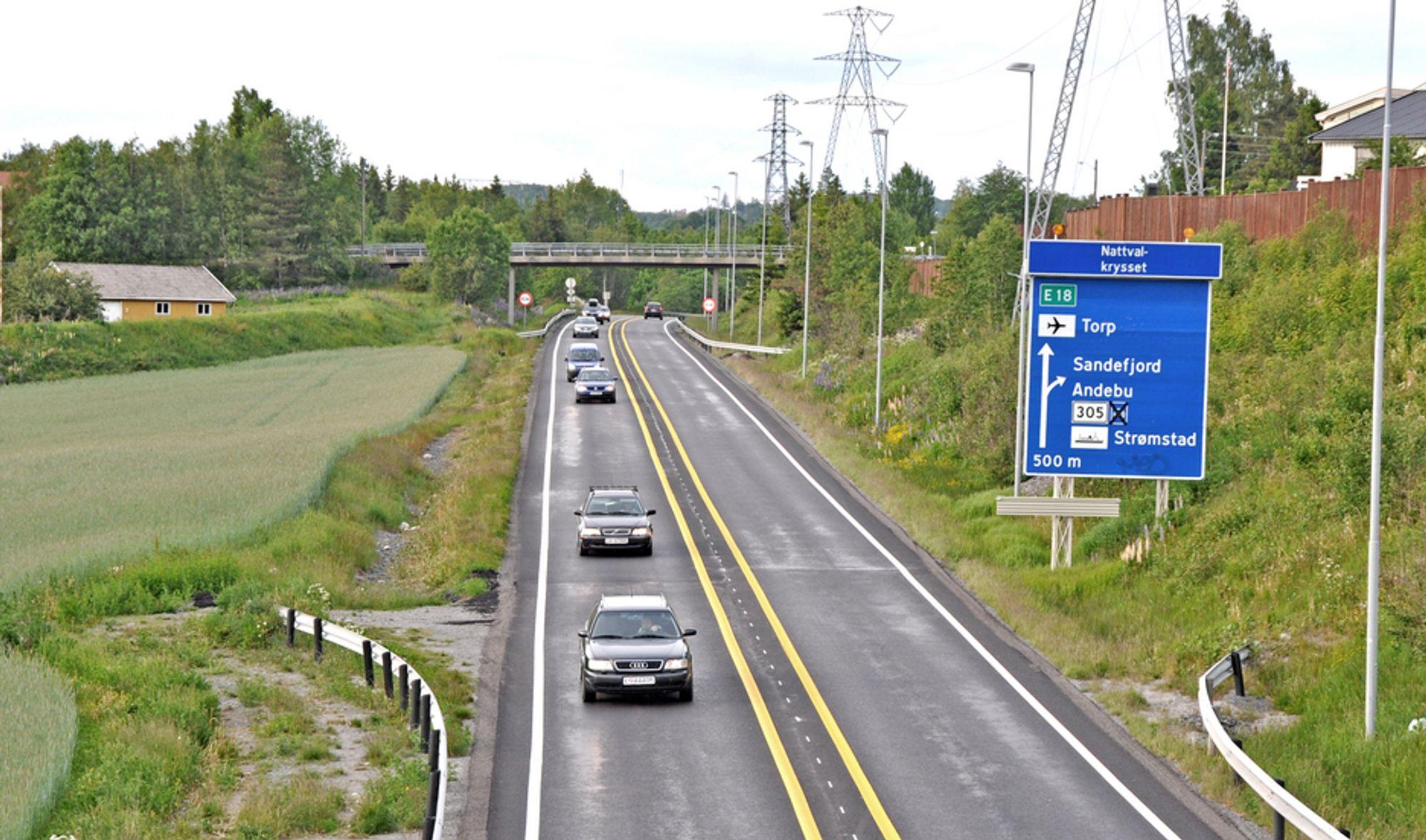 Dagens E 18 skal bli nordgående kjørebane. Sørgående kjørebane kommer til venstre på bildet. Overgangsbrua i bakgrunnen inngår i Nattvalkrysset, som skal bygges helt om.