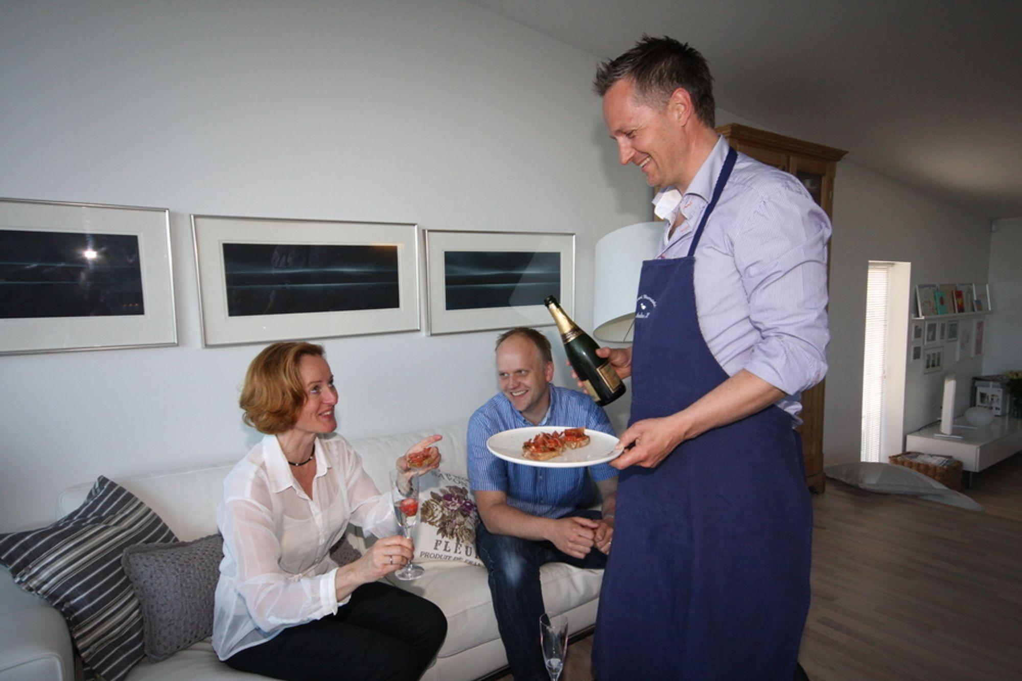 """NY ROLLE: Adm. dir. Anders Lier hos Itera Consulting har påtatt seg rollen som kjøkkensjef à la """"Firestjerners middag"""" og serverer konserndirektør Merete Jordal og seniorkonsulent Øyvind Kringlebotn en apetittvekker før festmåltidet."""