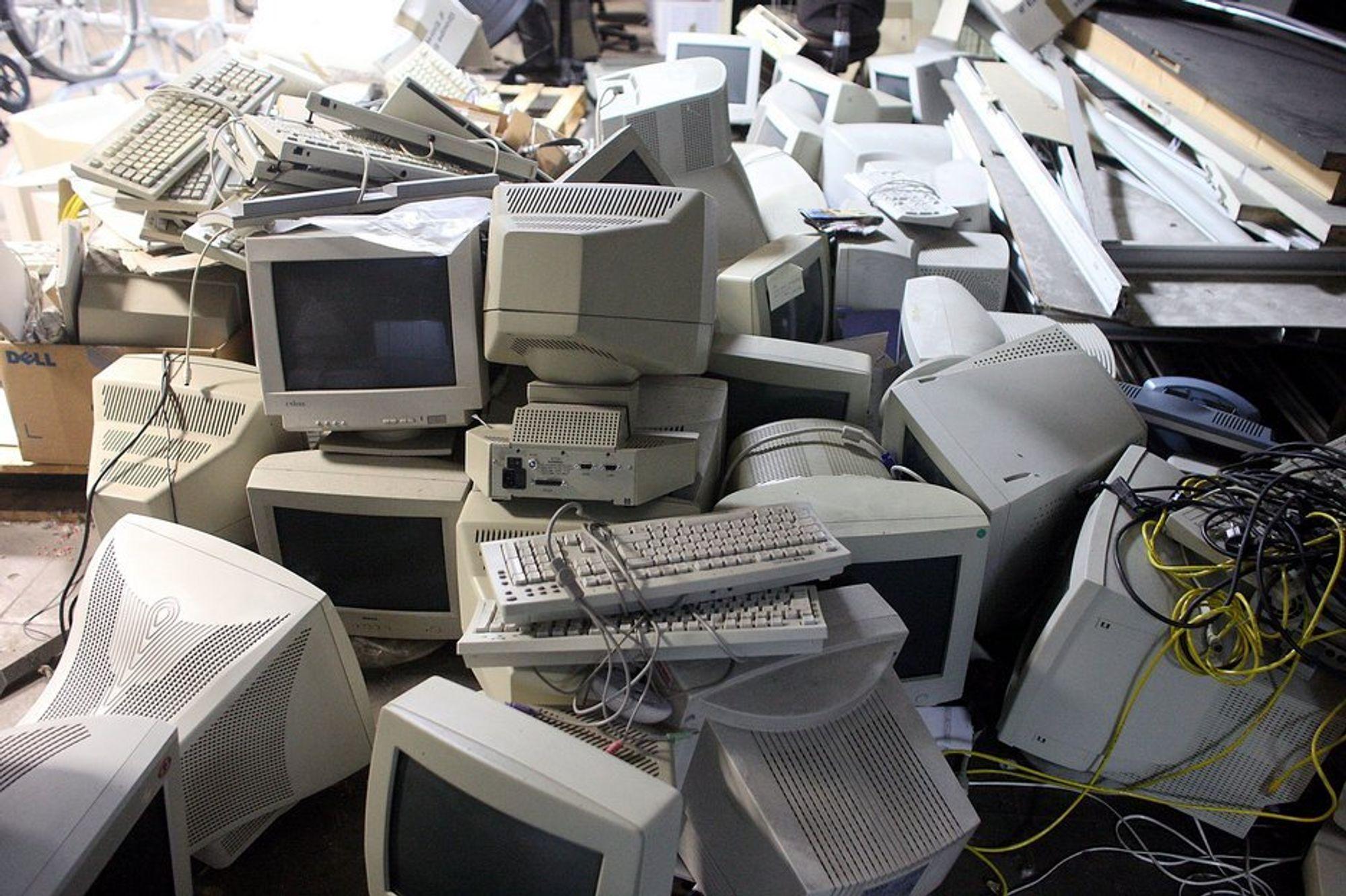 VERDIFULLT SØPPEL: Harddisker fra slike hauger av vraket pc-utstyr utgjør en sentral råvare i en kriminell informasjonsindustri over flere nivåer.