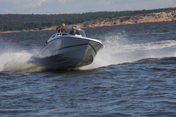 Hydrolift S 25, to-step-skrog. Prøvekjøring utenfor Fredrikstad 22. august 2011. Bård eker fører båten.