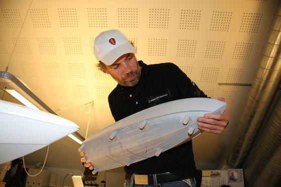 MODELL: Bård Eker viser modell av den første båten han designet med step-skrog.