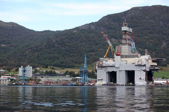 Oljeplattformer oppgraderes ved Westcons anlegg i Ølensvåg øst for Haugesund.