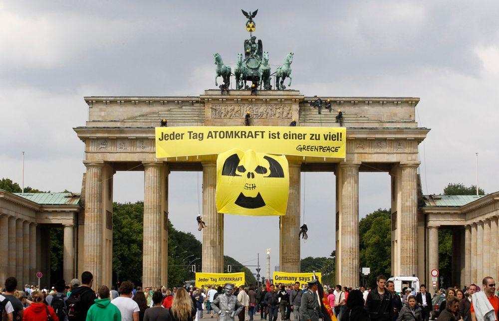 Greenpeace henger opp bannere mot atomkraft på Brandenburger Tor i Berlin.
