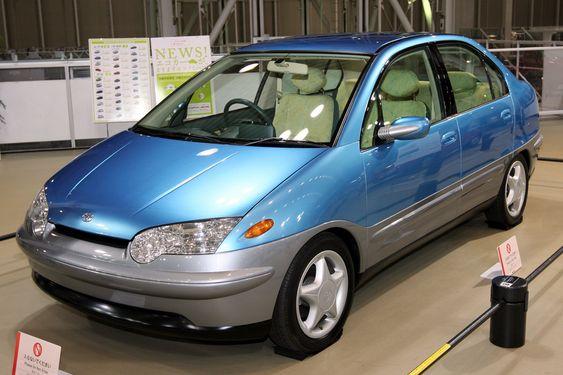 """PRIUSPROTOTYPEN: Teknologen i Katsuhiko Hirose innrømmer uoppfordret at prototypen på Toyota Prius, vist fram første gang i 1996, er """"veldig stygg"""". Men den hybride drivlinja var vakker."""