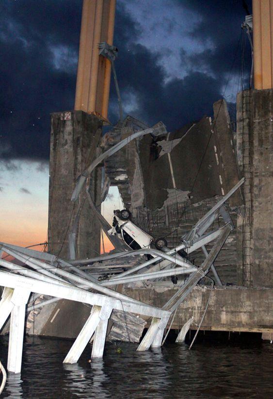 En knust bil i ruinene av Mahakam II-broen. Bildet er tatt natt til søndag.