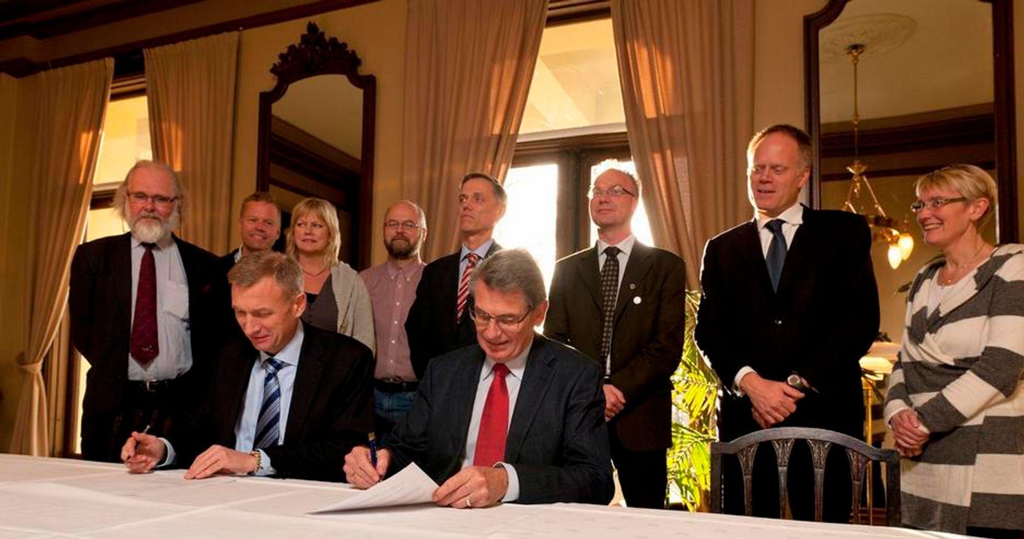 NY AVTALE: Samarbeidsavtalen ble undertegnet av konsernsjef Jon Erik Reinhardsen i PGS (t.v.) og  generalsekretær Øivind Andersen i Det Norske Videnskaps-Akademi fredag.