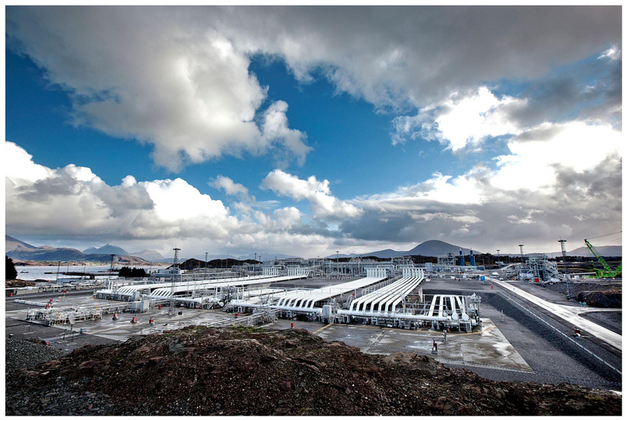 FÅR RABATT: Statnett er ikke fornøyd med å måtte gi petroleumsindustrien samme rabatt på sentralnettstariffen som den kraftintensive industrien. Bildet viser Shells anlegg på Nyhamna i Møre og Romsdal.