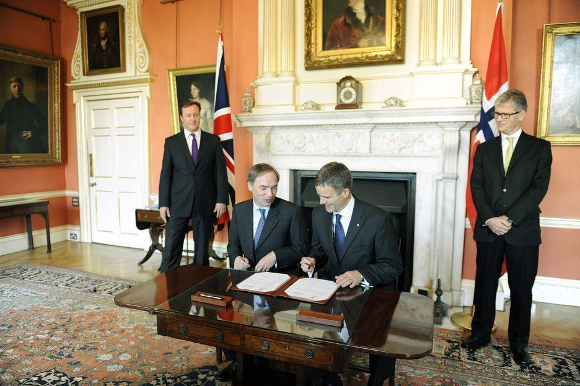 GIGANTAVTALE INNGÅTT: Statoil inngikk nylig en 100-milliarders avtale med Centrica. Fra venstre, britisk statsminister David Cameron, Centrica-sjef Sam Laidlaw, Helge Lund i Statoil og norsk ambassadør Kim Traavik.