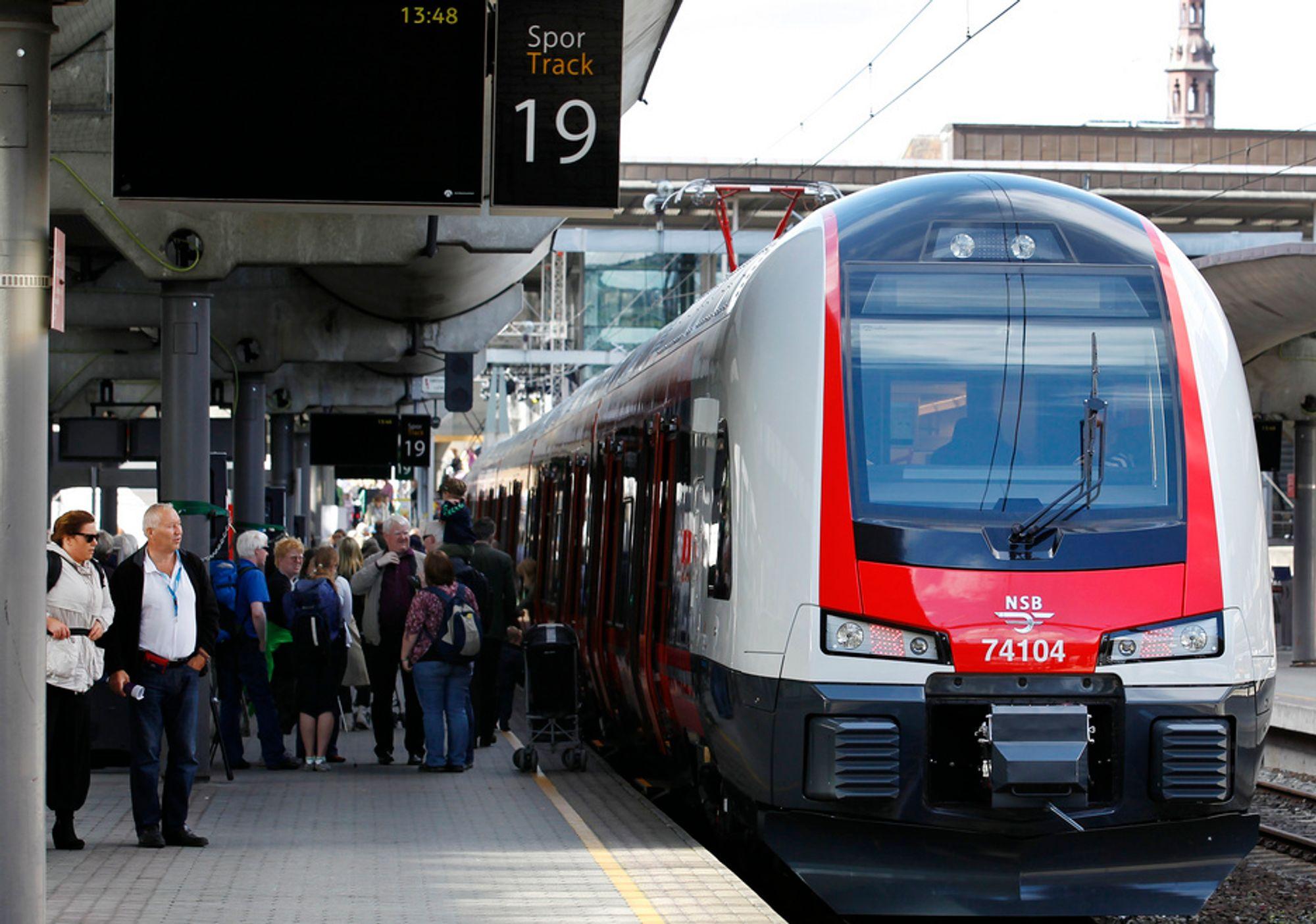 Mange skuelystne tok turen til Oslo S søndag for å se på NSBs nye tog.