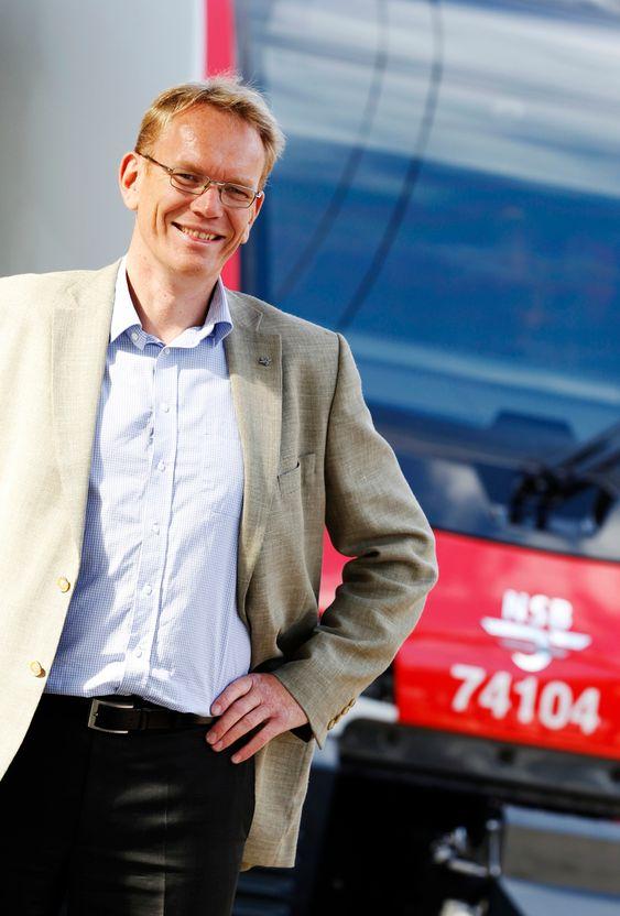Oslo  20110828.En fornøyd konsernsjef Arne Fosen viste fram NSBs nye tog for publikum på Oslo Sentralstasjon søndag.Foto: Erlend Aas / Scanpix