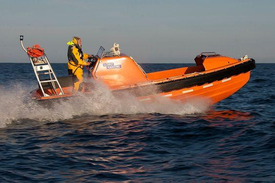 TEST: Birger Kullamann bak roret i en Stinger 630 redningsbåt, utviklet for Umoe Schat-Harding, under testing. Gjengitt med tillatelse fra Birger Kullmann Design