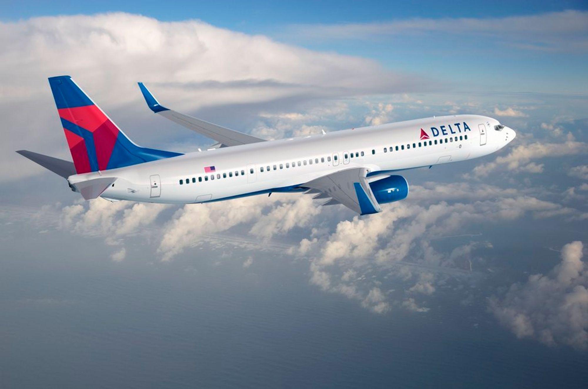 En ekstra nødutgang ved vindu 12 talt fra halen, som var nødvendig for å sertifisere flyet for opp til 220 passasjerer, er blant det som eksteriørt skiller 737-900ER fra den 2,6 meter kortere lillesøsteren 737-800.