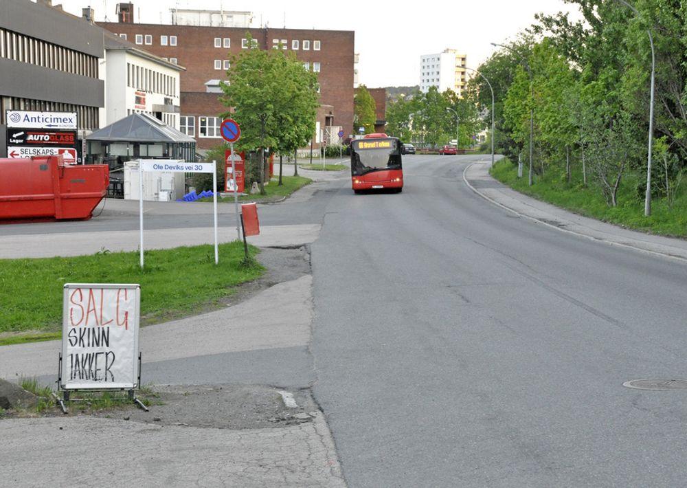 Langs den ene siden av Ole Deviks vei er det kummerlige forhold for myke trafikanter. Her skal det bli en halvannen meter bred sykkelbane og et 2,5 meter bredt fortau.