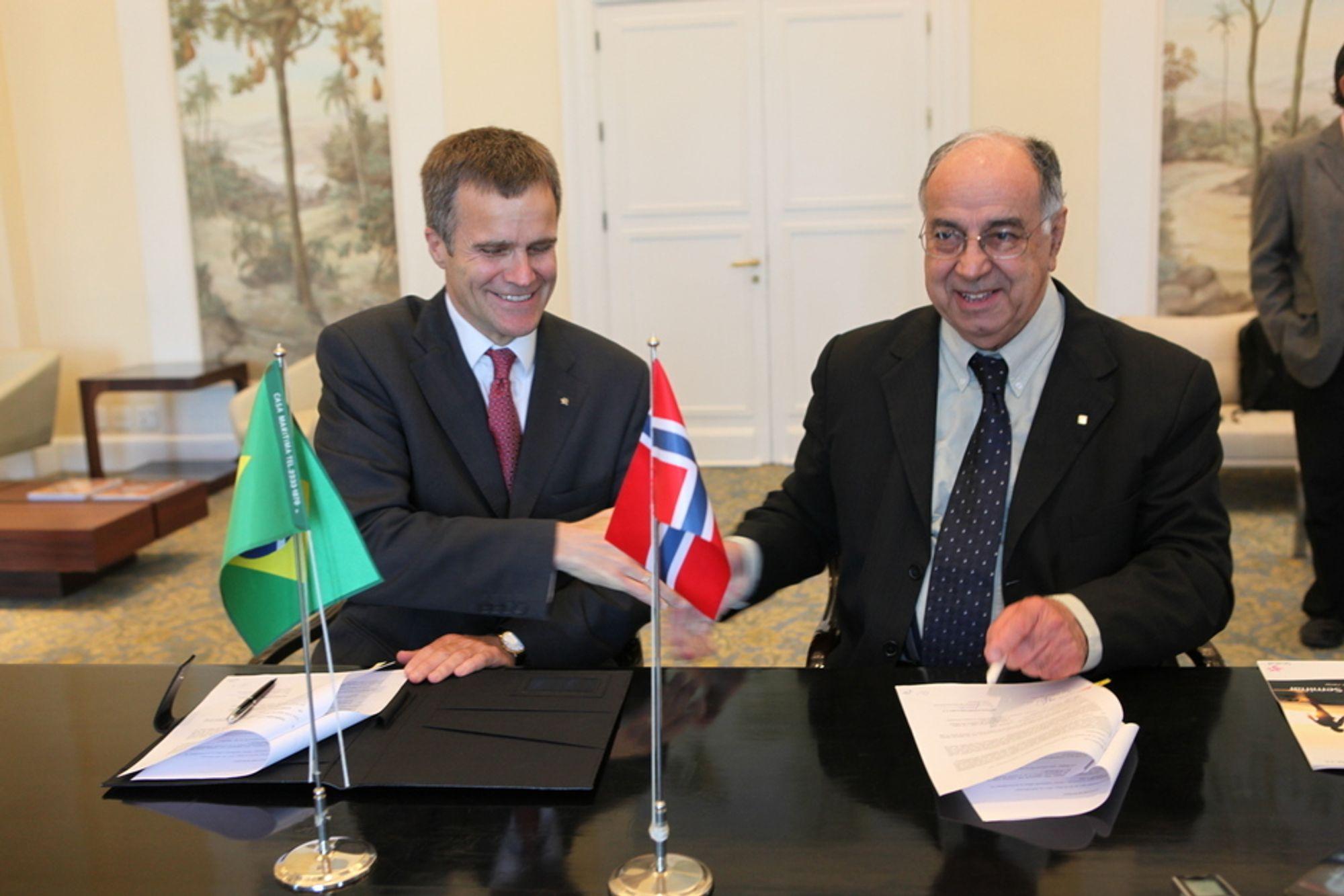 Helge Lund og Guilherme Estrella, direktør for leting og produksjon i Petrobras, signerer en intensjonsavtale mellom de to selskapene i Rio de Janeiro i dag.